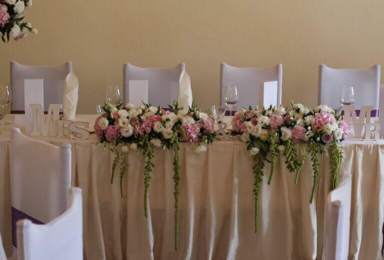 kwiaty na weselnym stole