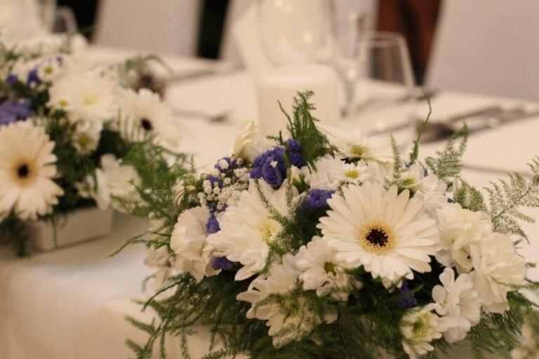 białe kwiatki na weselny stół