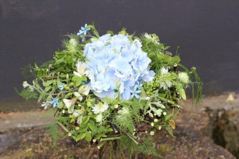 błękitna wiązanka ślubna